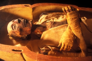 CAIRO, EGYPT - APRIL 2006: The mummy of Ramses II (1301-1235 BC), son of Sethy I, in April 2006, at Cairo Museum, Egypt. The mummy was discovered with the other royal mummies in the Deir el Bahari hiding place by Maspero, Ahmed Bey Kamal and Brugsch Bey. (Photo by Patrick Landmann/Getty Images) *** Local Caption *** Ramses II